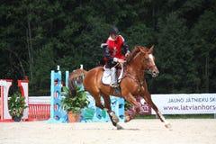 RIGA, LETTONIE - 12 AOÛT : Ridi letton de Guntars Silinsh de sportif Images stock