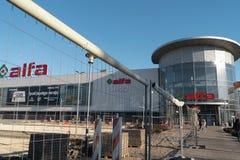 RIGA, LETTONIE - 4 AVRIL 2019 : Centre commercial d'alpha au sujet de construction - venir builing supplémentaire bientôt image stock