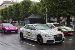 Riga, Lettonie - 1er juillet 2017 : Audi RS5 2013 de course Riga de Gumball 3000 à Mykonos est sur l'affichage Centre serveur Gum Images libres de droits
