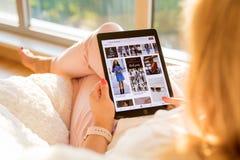 Riga, Lettonie - 21 juillet 2018 : Femme regardant l'appli de Pinterest sur l'iPad image libre de droits