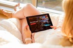 Riga, Lettonie - 21 juillet 2018 : Femme regardant le site Web de Netflix sur l'iPad photo stock