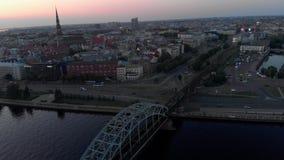 Riga, Lettonie - 5 juin 2019 : Tir aérien d'hôtel de rive de Wellton dans la ville de Riga - capitale européenne en Lettonie - de banque de vidéos