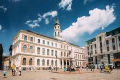 Riga, Lettonie Les gens marchant près du point de repère célèbre - vieille ville hôtel de Riga Photos libres de droits