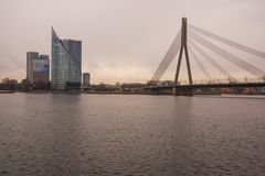 RIGA, LETTONIE : Les gratte-ciel se tiennent de l'autre côté Bel horizontal d'automne Vue de rivière et de pont photos stock