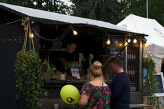 Riga, Lettonie - 24 mai 2019 : Couplez acheter la bi?re d?licieuse du barman photo stock