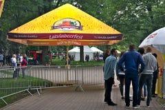 Riga, Lettonie - 24 mai 2019 : Entr?e vers Riga Beerfest dans le jardin de Vermanes images libres de droits