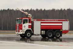 RIGA, LETTONIE - 11 NOVEMBRE 2017 : Camion de pompiers moderne au corps de sapeurs-pompiers d'aéroport dans l'aéroport internatio Photos stock