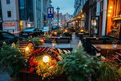 Riga, Lettonie Tableaux gratuits d'un café de rue avec la lumière décorative Photographie stock libre de droits