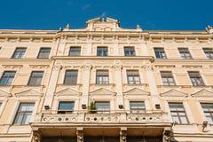 Riga, Lettonie Vue inférieure de façade principale du vieux bâtiment classique photographie stock libre de droits