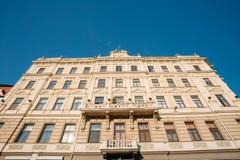 Riga, Lettonie Vue inférieure de façade principale du vieux bâtiment classique photos libres de droits