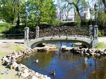 riga Lucchetti sul ponte di tutti gli amanti Fotografia Stock