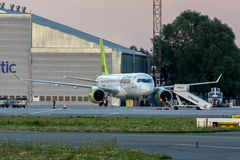 Riga, LV - 29 JULI, 2017: AirBaltic-Vliegtuig in de Internationale Luchthaven van Riga Stock Foto