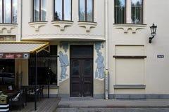 Riga, Meistaru och Zirgu gata, ett hus med katter Arkivbild