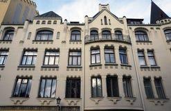 Riga, Meistaru och Zirgu gata, ett hus med katter Royaltyfri Bild