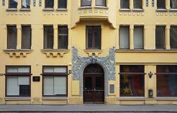 Riga, Meistaru 10, una casa con los gatos Imágenes de archivo libres de regalías
