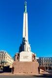 riga Monumento al cuadrado de la independencia imagenes de archivo