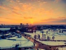 Riga no por do sol da opinião dos pássaros torres foto de stock