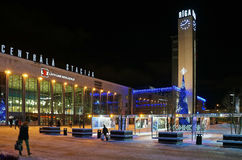 Riga, place de gare ferroviaire à la veille de la nouvelle année photo stock