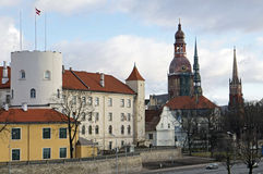 Riga, presidentieel kasteel, en de oude stad stock afbeelding