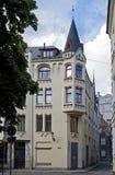Riga, rue de Zirgu, une maison avec des chats images stock