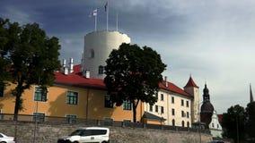 Riga-Schloss mit lettischer Flagge und Präsidentenstandard stock video footage