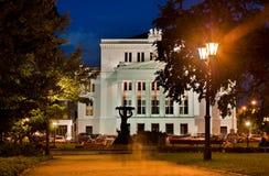 RIGA SEPTEMBER 01: en nattsikt av den nationella operahuset i R Arkivfoton
