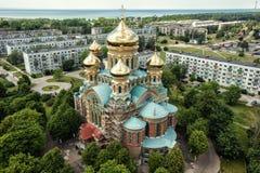 Riga stadsvit och blått kyrktar, flerbostadshus för surret för domkyrkasommartid arkivfoto