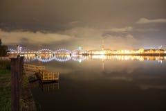 Riga-Stadt nachts Lizenzfreie Stockfotos