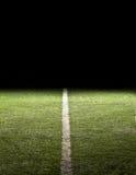 Riga su un campo di football americano alla notte Fotografia Stock