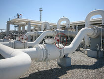 Riga valvole del tubo dell'impianto di lavorazione del gas di olio Fotografia Stock