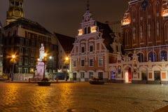 Riga vieja la capital de Letonia en la noche Casa de espinillas en la ciudad Hall Square y el chapitel de la catedral en fotos de archivo