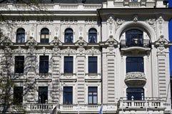 Riga, Vilandes 1, construção com elementos modernos e eclético históricos, elementos da fachada imagem de stock