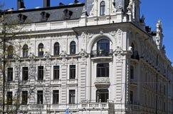 Riga, Vilandes 1, construção com elementos modernos e eclético históricos, elementos da fachada imagens de stock