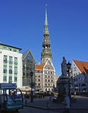 Riga, ville Hall Square et église de ` s de St Peter photo libre de droits