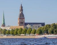 riga Vista della cattedrale della cupola dal fiume di Daugava fotografia stock