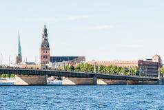 Rigas-Kathedralenansicht über den Daugavafluß Lizenzfreies Stockfoto