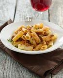 Rigatoni意大利面食用蕃茄肉调味汁和酒 免版税图库摄影