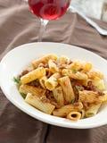 Rigatoni意大利面食用蕃茄肉调味汁和酒 库存图片