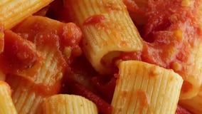 Rigatoni με τη σάλτσα βιο φιλμ μικρού μήκους