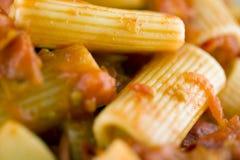 Rigatoni avec de la sauce bio Image stock