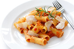 Rigatoni boloñés, plato italiano de las pastas Imagen de archivo