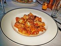 Rigatoni con la salsa de tomate, las cebollas cortadas salteadas y el queso parmesano rallado fotos de archivo libres de regalías