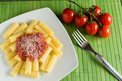 Rigatoni con la salsa de tomate y el queso de parmesano Fotos de archivo