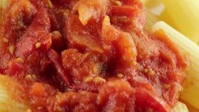 Rigatoni con la salsa del tomate almacen de metraje de vídeo
