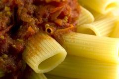 Rigatoni con salsa bio- fotografie stock libere da diritti