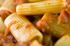 Rigatoni con salsa bio- immagini stock