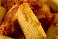 Rigatoni con salsa bio- immagine stock libera da diritti