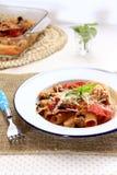 Rigatoni cuit au four avec le salami en sauce crème à tomate Photos stock