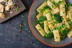 Rigatoni de las pastas con bróculi y guisantes verdes Menú del vegano alimento dietético Endecha plana imágenes de archivo libres de regalías