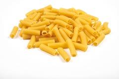 Rigatoni italiensk pasta som isoleras på vit bakgrund Fotografering för Bildbyråer